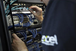 close_up_engineer_installing_fibre_0